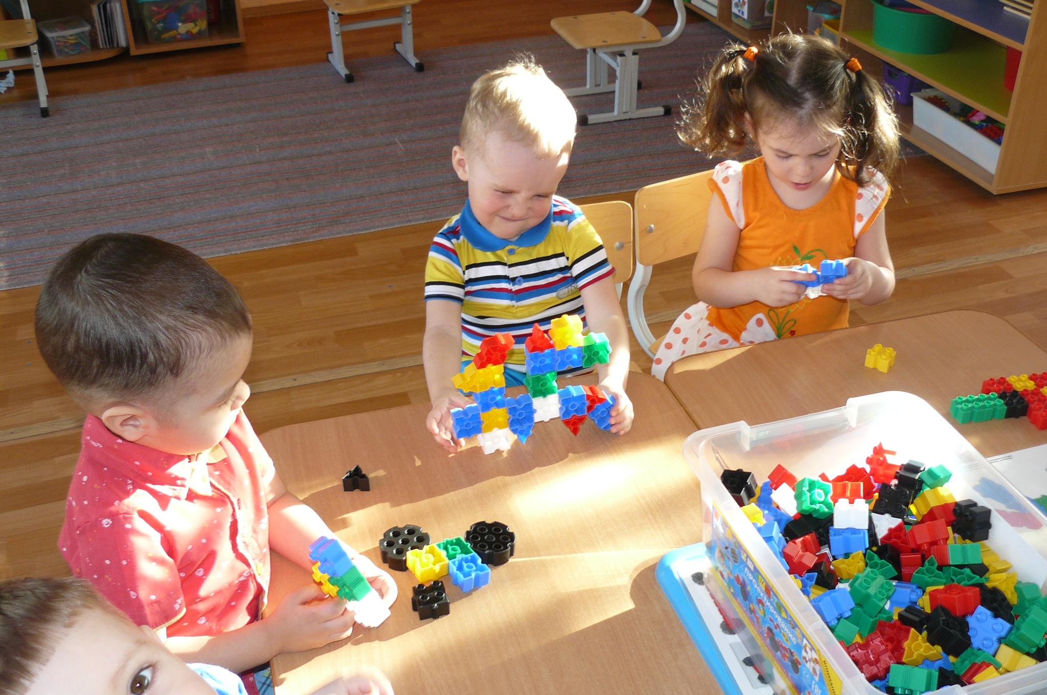 Дети и конструктор фото